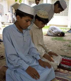 muslim_boys_praying[1]